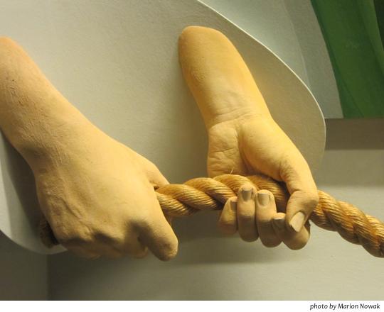 HandsPullingRope9591
